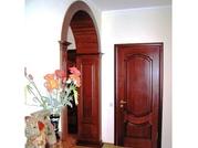 Деревянные двери и арочные проемы.