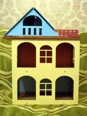 Желтый  разборной  домик для куколок до 18 см.