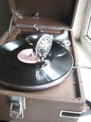 Продам патефон красавец,   с чистым и сильным звучанием множеством пластинок и запас иголок.